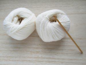 毛糸と編み針の写真