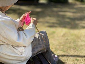 公園で編み物をしてる人
